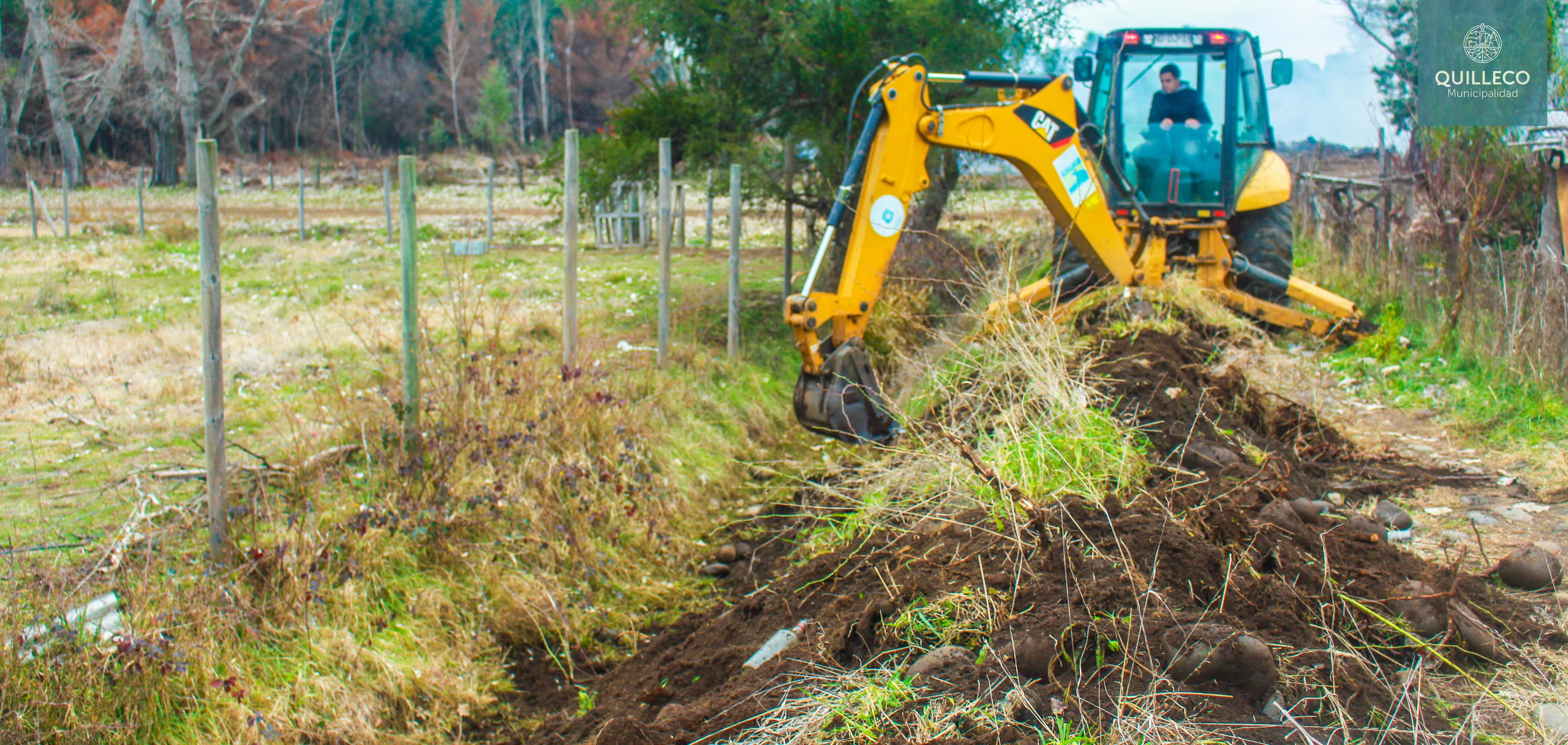 Trabajos de limpieza se realizan en distintos puntos de la comuna para afrontar eventos de fuertes lluvias y vientos.