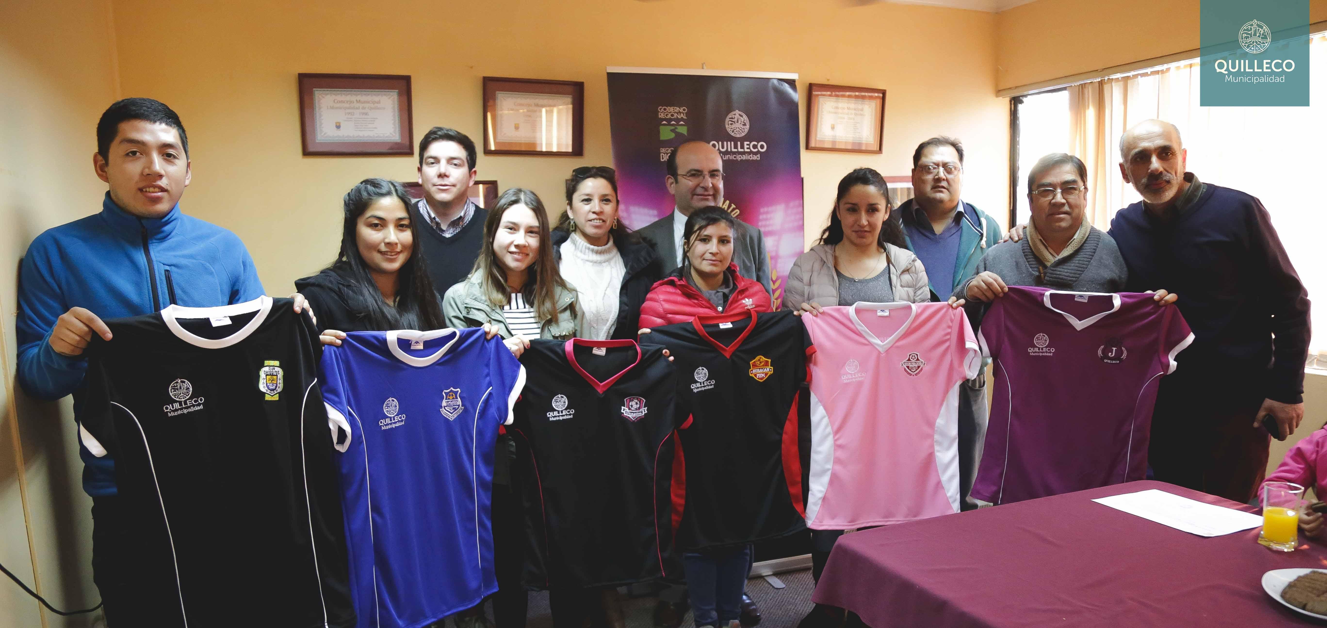 Entrega de equipamiento deportivo a los equipos que participaron del 1er Campeonato de Futbolito Damas.