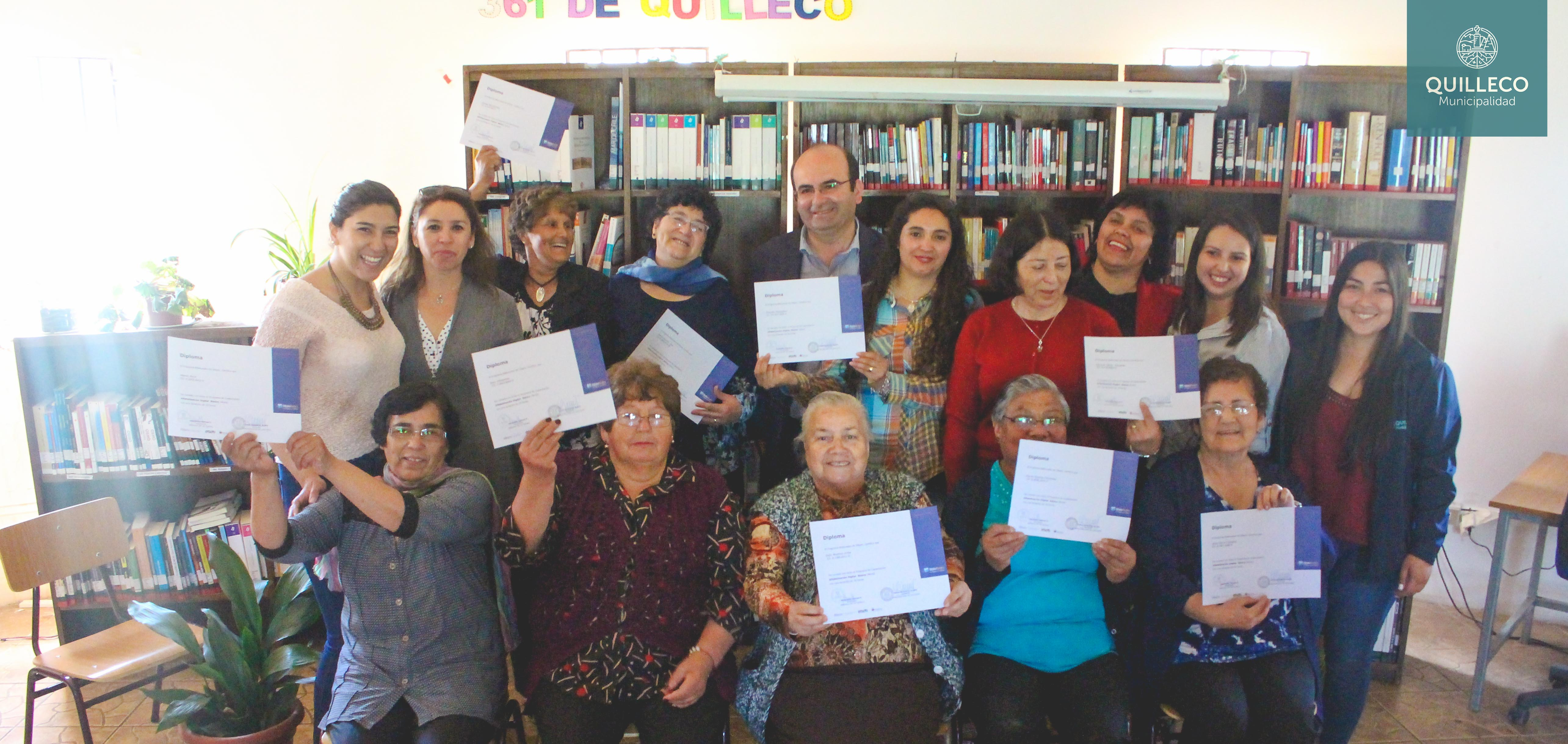 Grupo de vecinas aprueban curso de Computación Básica, impulsado por Biblioteca Municipal y Servicio País
