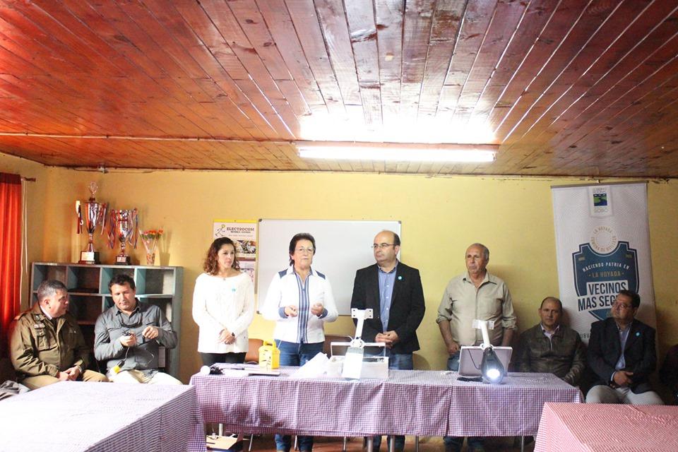 Innovador Proyecto desarrollado entre municipio y comunidad permite entrega de Kit de emergencia y Luminaria en base a Energía Solar que beneficiará a 20 familias del sector La Hoyada
